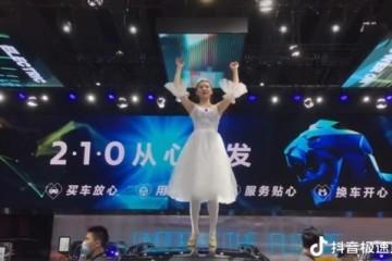 女子特斯拉维权后东风标致请演员在车顶跳芭蕾舞网友夺笋